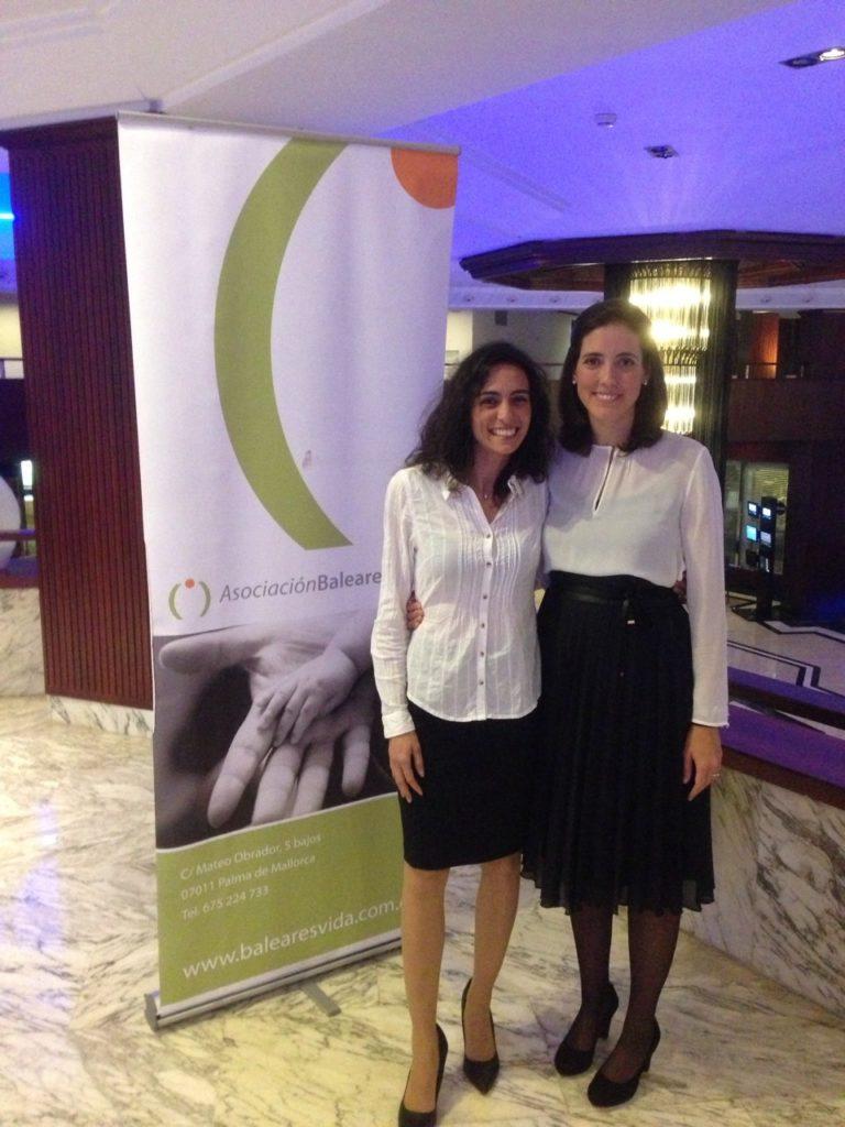La nueva presidenta de BalearesVida, Victoria Pérez-Rubio con Inés Fuster, premio Provida 2014, durante la cena navideña celebrada en el Hotel Meliá Palas Atenea.
