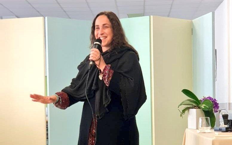 María del Himalaya sonríe mientras habla por un micrófono.